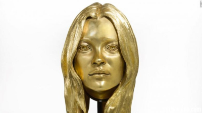 Gold-kate-moss-could-go-for-half-a-million-780x439